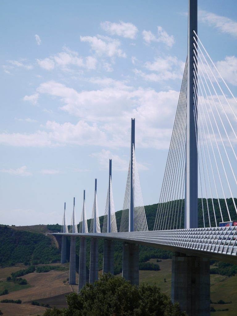 Il famoso viadotto di Millau si trova a 20 km di Roquefort